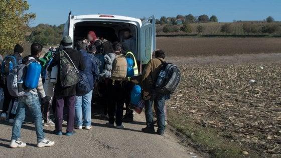 Caporalato, blitz nelle campagne di Taranto: fermati 6 furgoni stracarichi di migranti