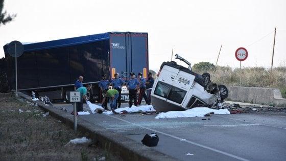 Caporalato, 3 indagati per i 12 migranti morti a Foggia nello schianto di un furgoncino