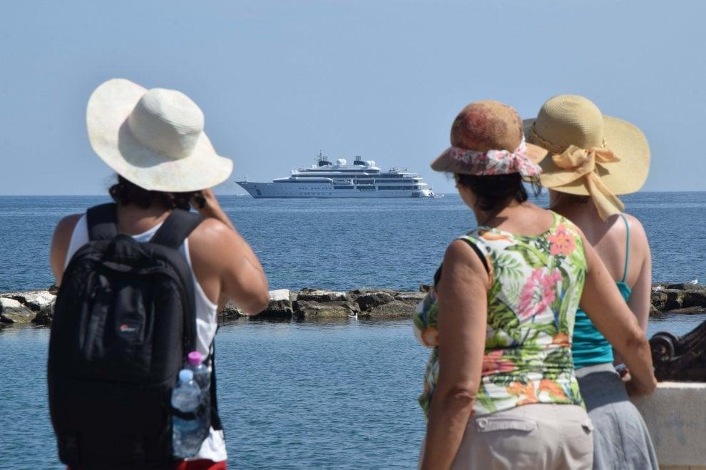 A Bari uno yacht da 124 metri: è l'emiro del Qatar in visita alla basilica di San Nicola