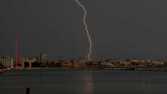 Maltempo, fulmini e tuoni si abbattono su Bari: per due ore chiuso l'aeroporto di Palese