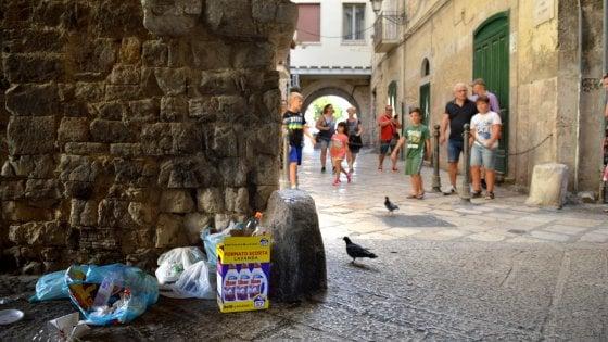 Cartelli sbagliati e rifiuti nelle strade, il benvenuto di Bari vecchia ai turisti