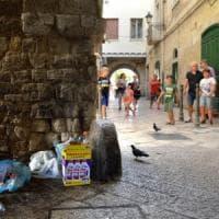 Cartelli sbagliati e rifiuti nelle strade, il benvenuto di Bari vecchia