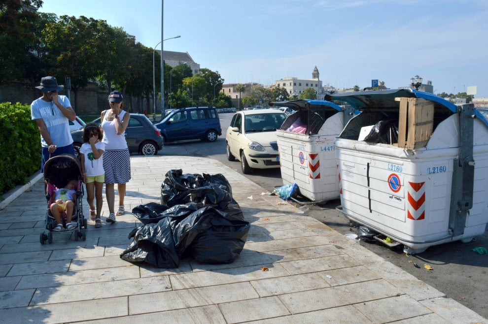 Bari vecchia invasa dai rifiuti: le cartoline per i turisti