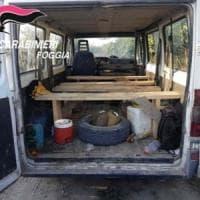 Caporalato, a Foggia furgone con 17 migranti a bordo sfugge ai carabinieri: 2 arresti