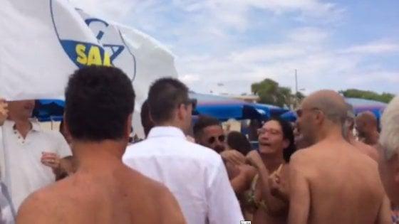 """Castellaneta, blitz in spiaggia della Lega contro gli ambulanti. Ma i bagnanti insorgono: """"Fascisti"""""""