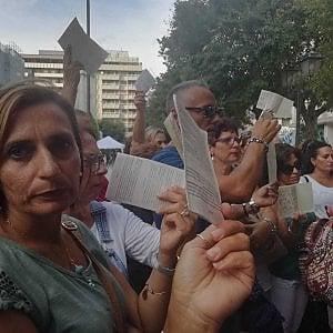 """Ilva di Taranto, i cittadini consegnano le schede elettorali: """"Avete tradito i nostri bambini"""""""