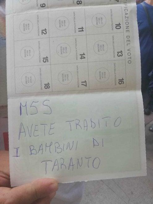 Ilva di Taranto, la protesta in piazza contro l'accordo con ArcelorMittal