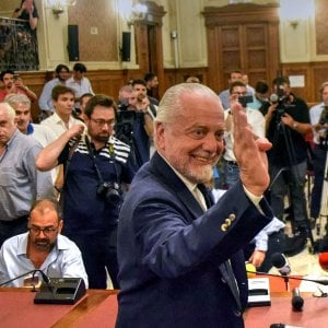 """Il Napoli a Bari per la Champions League"": De Laurentiis scrive all'Uefa. De Magistris: ""Impensabile"""