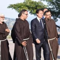 """Il premier Conte difende Casalino: """"Mi fido di lui"""".  Poi la veglia di preghiera per Padre..."""