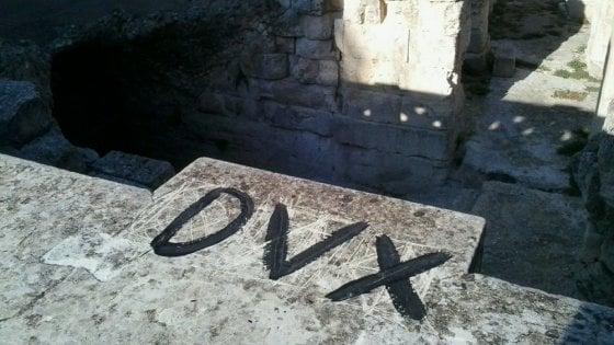 """Lecce, scritta 'Dux' sull'anfiteatro romano. Il sindaco: """"Un'offesa, sarà rimossa"""""""