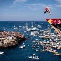 Polignano a Mare, tuffi da brividi dalla scogliera: 70mila spettatori per i campioni del mondo di Cliff Diving