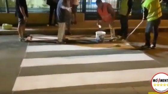 """Gravina, attivisti M5S disegnano le strisce pedonali. Il sindaco: """"Spenderemo il doppio per rifarle"""""""
