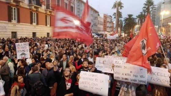 """In tremila alla manifestazione antifascista dopo l'aggressione. Canfora: """"Bari si è svegliata"""""""