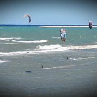 Bari, temperature basse e vento forte: San Girolamo diventa la patria del kitesurf