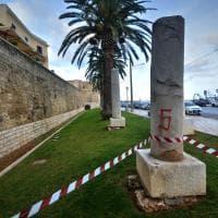 Bari, le antiche colonne miliari umiliate dai giardinieri del Comune