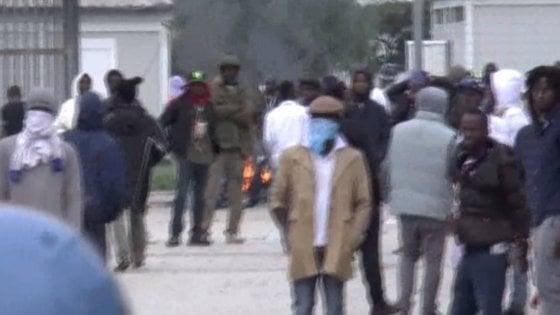 Caporalato, nel ghetto dei migranti rivolta contro la polizia che vuole arrestare 26enne: 2 agenti feriti
