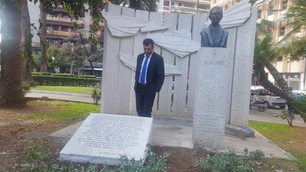 Bari, ripristinata la targa di Aldo Moro: era stata vandalizzata