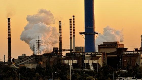 Ilva di Taranto, fuga di gas all'altoforno: evacuati decine di lavoratori. Poi l'allarme rientra