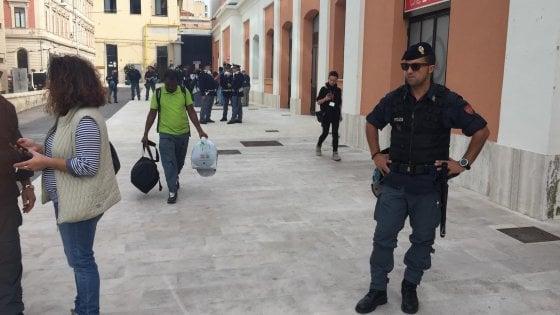 Bari, la prefettura sgombera il Ferrhotel: era abitato da 26 migranti somali