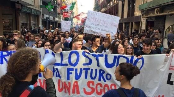 """Scuola, a Bari mille studenti in corteo contro il ministro Salvini: """"Vogliamo aule che non crollino"""""""
