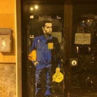 Di Maio con la tuta dell'Ilva, a Bari la street art di Tvboy (il Banksy italiano)