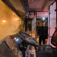 Bari, tenta rapina sul bus e svuota l'estintore sull'autista: è caccia al passeggero