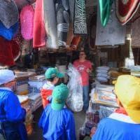 #oggiraccolgoio, a Bari i bambini al mercato per aiutare i commercianti a tenere pulita la città