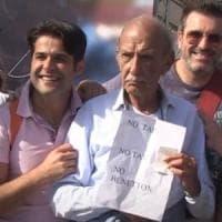 M5S, il padre di Di Battista con il cartello No Tap: