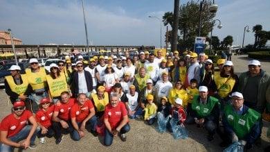 #oggiraccolgoio, a Bari 70 buste di rifiuti  raccolti da Legambiente e Repubblica   video