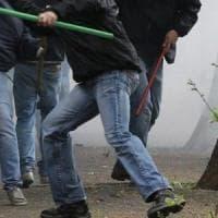 Calcio, i tifosi del Bari e quelli del Messina si scontrano prima del traghetto: feriti e danni