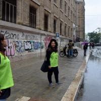 Bari, l'esercito dei volontari davanti alle scuole: