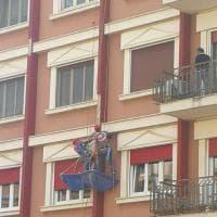 "Bari, ""operai supereroi"" scalano i palazzi mascherati"