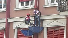 'Operai supereroi' al lavoro mascherati