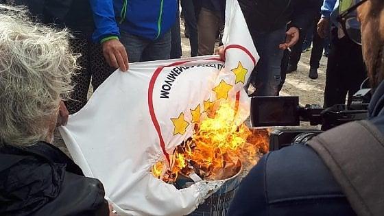 Tap, sit-in degli attivisti a San Foca contro il gasdotto. A fuoco bandiera del Movimento 5 Stelle