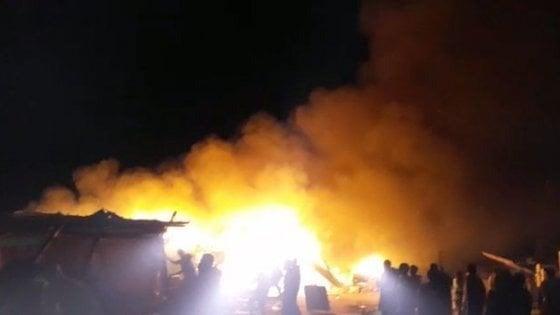 Foggia, un altro incendio tra le baracche dei migranti a Borgo Mezzanone: un ferito grave
