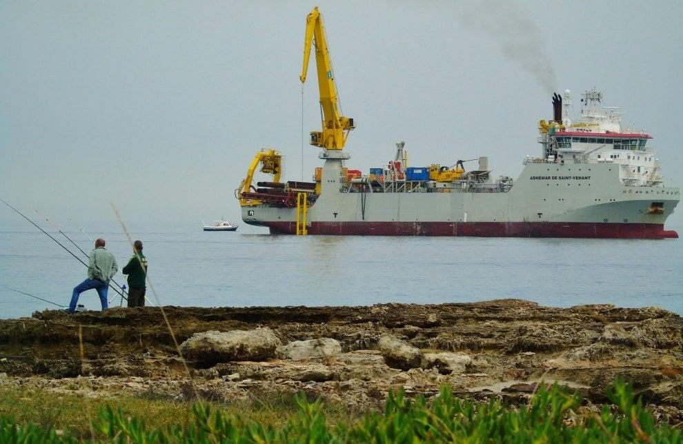 Tap, la nave è a San Foca: al via i lavori nel mare (da cartolina) del Salento