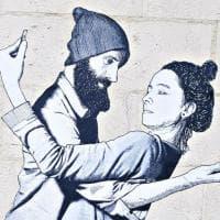 Bari, il murale nell'epoca dei selfie: i due fidanzati si fotografano