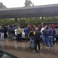 Ilva, la protesta dei cassintegrati davanti alla fabbrica. I sindacati: