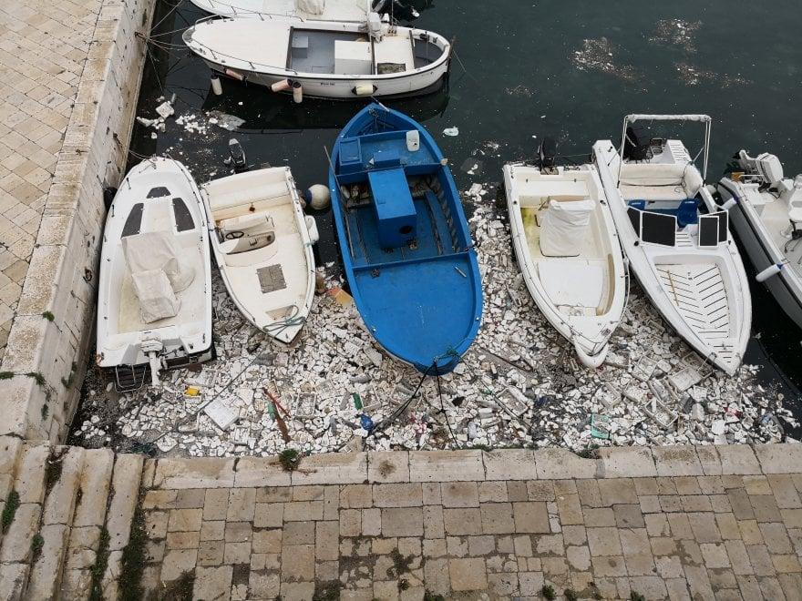 Un mare di polistirolo fra le barche del porto: la brutta cartolina di Gallipoli