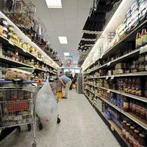 Bari, sventa furto in un supermercato: assunto ragazzo che chiedeva l'elemosina