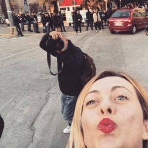 Lecce, Giorgia Meloni contestata al flash mob in stazione. E lei scatta un selfie