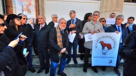 """Bari, flash mob dei giornalisti in difesa dalla libertà di stampa: """"Giù le mani dall'informazione"""""""