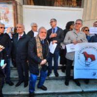 """Bari, flash mob dei giornalisti in difesa dalla libertà di stampa: """"Giù le mani ..."""