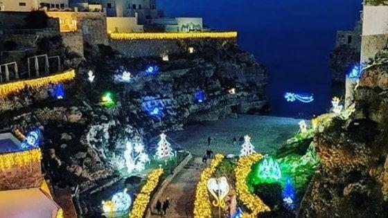 Polignano, tornelli e ticket da 5 euro per accedere al centro addobbato per Natale: è polemica