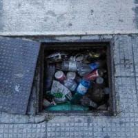 Bari, Madonnella da 4 mesi senza cestini portarifiuti: bottiglie e lattine intasano i tombini
