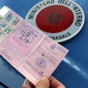 Bari, il clan truccava gli esami per la patente con le microcamere: 83 indagati