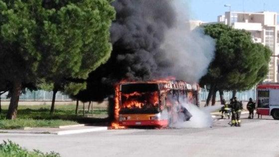 Bari, un autobus Amtab prende fuoco a San Pio: passeggeri evacuati un attimo prima