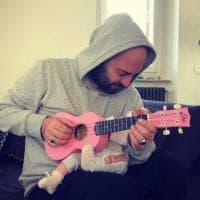 Negramaro, Giuliano Sangiorgi pazzo per Stella: gli scatti social con la figlia neonata e l'ukulele rosa