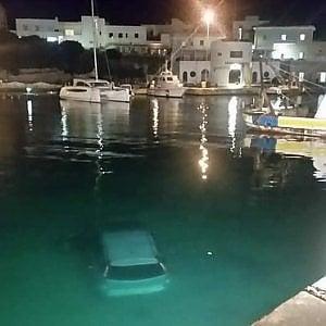 Salento, sbaglia manovra e l'auto finisce in mare: salvo il turista francese alla guida