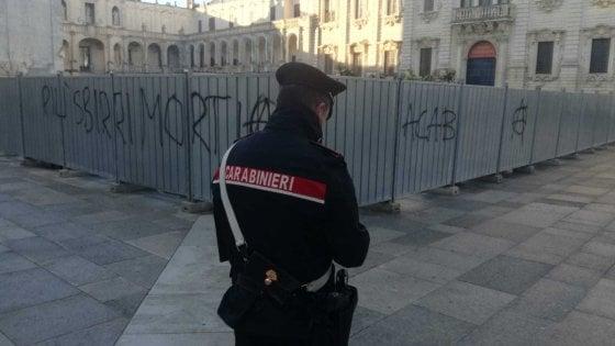 """Lecce, scritte vandaliche sul cantiere del presepe in piazza Duomo. L'arcivescovo: """"Preoccupati"""""""